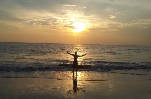 image rognee salutation soleil couchant plage guruvayur kerala
